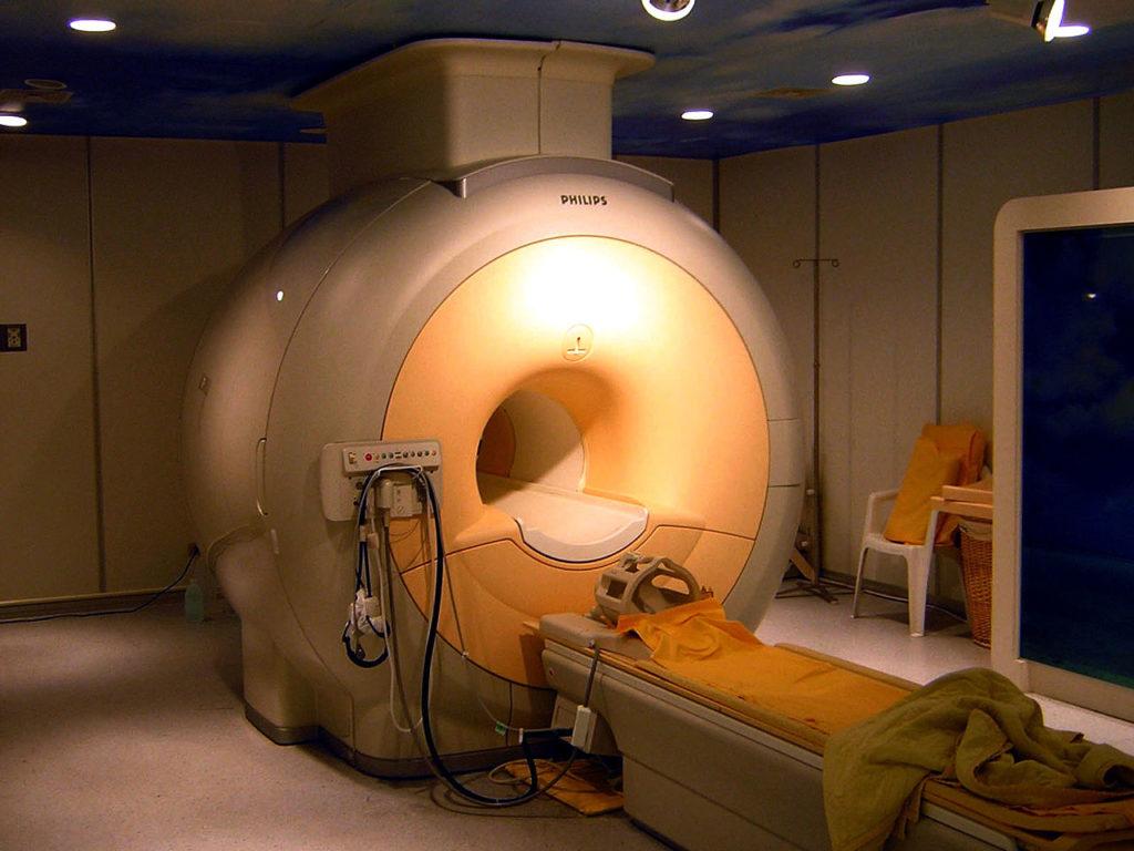 Аппарат МРТ в котором применяется гелий для охлаждения магнитов