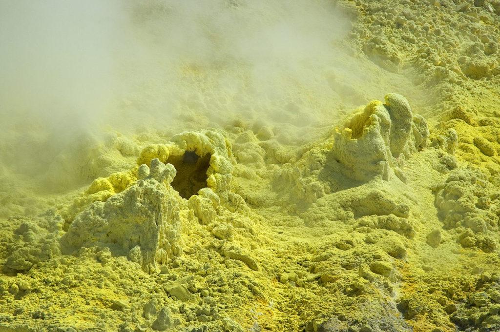 Вулкан в Сицилии — место добычи элементарной серы